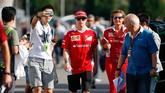 Pebalap Ferrari Kimi Raikkonen terlihat tak merasa terganggu oleh penggemarnya yang mengincar untuk berfoto diri bersama (wefie) di sirkuit Suzuka, Jepang. (Reuters/Toru Hanai)