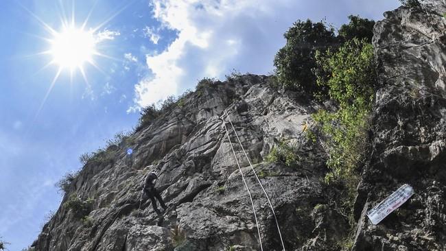 Ada juga wahanaRapling atau menuruni tebing tinggi menggunakan tali pengaman.(ANTARA FOTO/Muhammad Adimaja)