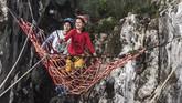 Di sana, berbagai wahana permainan pemacu adrenalin dapat dinikmati. Space Netatau bermain dengan tali yang dibentuk seperti anyaman, sehingga wisatawan dapat melompat atau sekadar berswafoto dengan latar belakang celah Gua Hawu. (ANTARA FOTO/Muhammad Adimaja)