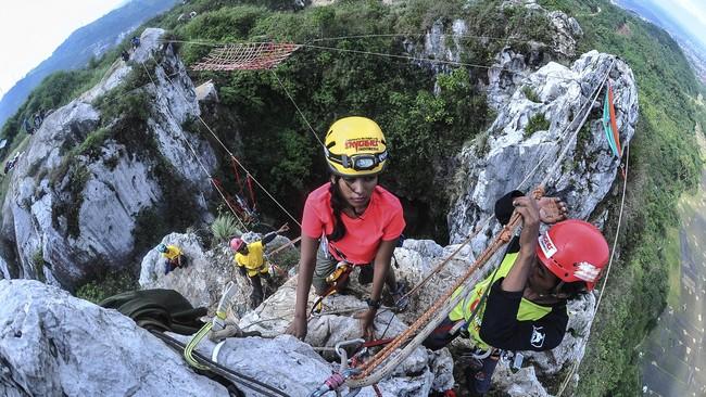 Gunung Hawu—atau biasa disebut Gunung Kapur Singgalang—adalah gunung batu kapur menjulang yang terletak di balik tebing Citatah 125, Kecamatan Padalarang, Bandung Barat. (ANTARA FOTO/Muhammad Adimaja)