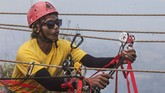 Tak perlu khawatir mengenai masalah keamanan, karena semua kegiatan diawasi langsung oleh tenaga terlatih beserta alat yang memenuhi standar keamananyang dikeluarkan oleh Federasi Panjat Tebing Indonesia (FPTI). (ANTARA FOTO/Muhammad Adimaja)