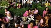Sosok Bhumibol dianggap sakral dan menjadi simbol negara. Penghinaan terhadap dirinya bisa berujung hukuman penjara berdasarkan hukum lese majeste yang diterapkan di Thailand. (Reuters/Athit Perawongmetha)