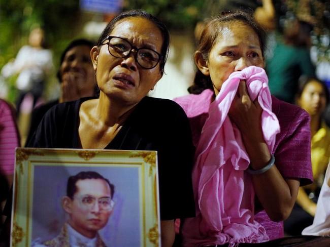 Tangis langsung pecah setelah pengumuman kematian Bhumibol pada Kamis. Bhumibol dinyatakan wafat pada Kamis sore, namun pengumumannya ditunda hingga malam. (Reuters/Athit Perawongmetha)