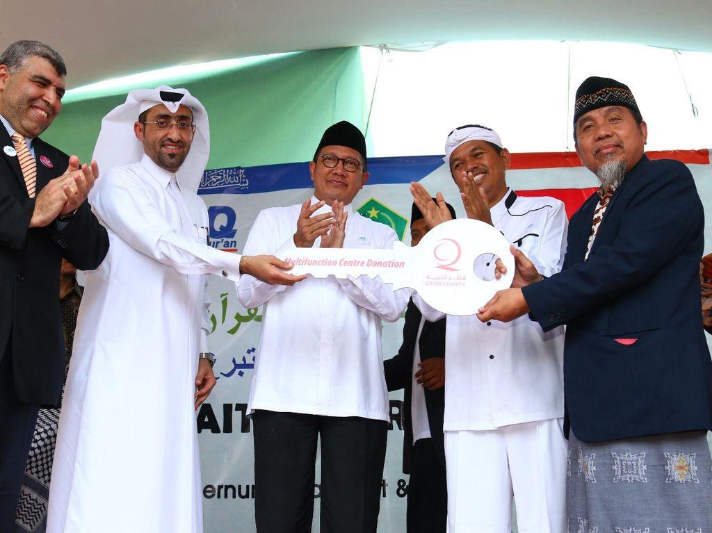 Penyerahan simbolisasi kunci oleh perwakilan Qatar Charity kepada DR. Muslih Abdul Karim saat peresmian pesantren Baitul Quran. Pool/dok. Kemenag.