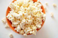 Popcorn terbuat dari biji jagung yang kaya serat, rendah lemah sekaligus mengandung protein. Karena itu konsumsi popcorn baik dilakukan saat sedang diet. (foto: thinkstock)
