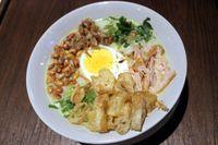 Bubur ayam, lengkap dengan cakwe, kacang goreng dan kerupuk mengandung 372 kkal dan 12,39 gram lemak. Kalori lemak bisa bertambah karena umumnya bubur ayam dimakan dengan sate jeroan. Foto: Detikfood