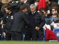 Momen Canggung Conte Dapat Kostum MU dari Mourinho