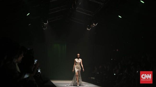 Kembali ke haute couture, koleksi kali ini didominasi long dress khas Tex yang menyapu lantai. Bahkan salah satu gaun memiliki panjang ekor hingga lebih dari dua meter. (CNN Indonesia/Adhi Wicaksono)