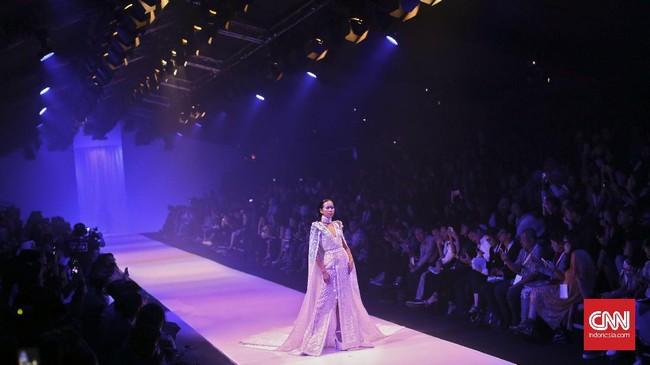 Melalui Reflection of Tex Saverio, desainer yang dijuluki Alexander McQueen of Indonesia ini seolah ingin menegaskan haute couture adalah jati dirinya, bagian dari jiwanya. (CNN Indonesia/Adhi Wicaksono)