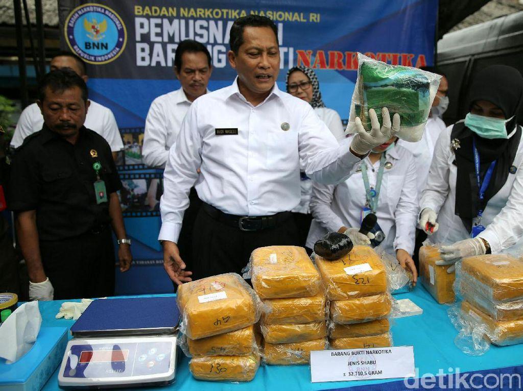 Buwas menunjukkan barang bukti sabu di Kantor BNN, Jalan MT Haryono, Jakarta Timur. Narkoba 32 kilogram tersebut adalah hasil pengungkapan 4 kasus.
