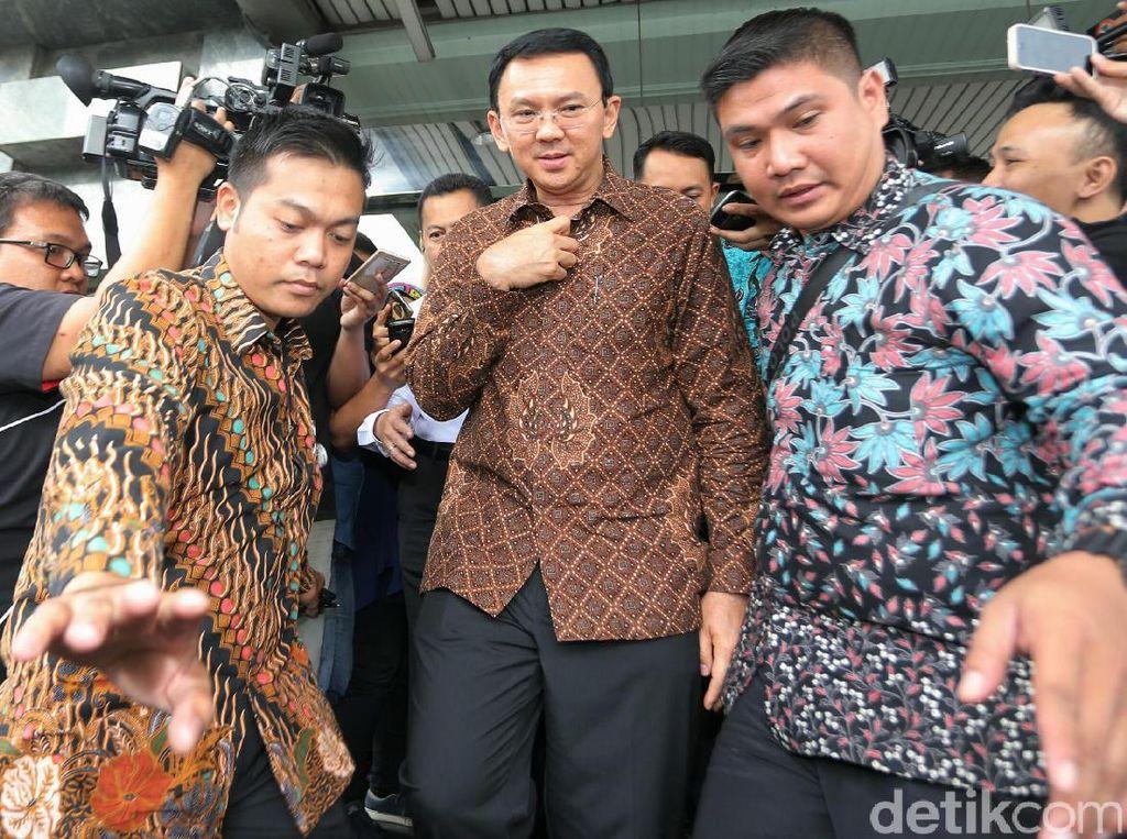 Usai Diperiksa terkait dugaan kasus penistaan agama, Ahok terlihat meninggalkan Bareskrim Polri pukul 12.40 WIB, Kementerian KKP, Jl Medan Medan Timur, Selasa (24/10/2016).