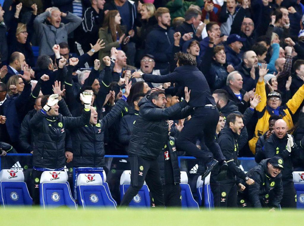 Antonio Conte merayakan gol yang dicetak oleh NGolo Kante. Dengan kemenangan ini, Chelsea menempati posisi empat klasemen dengan nilai 19. Sementara MU tertahan di urutan tujuh dengan 14 poin. Eddie Keogh/Reuters/detikFoto.