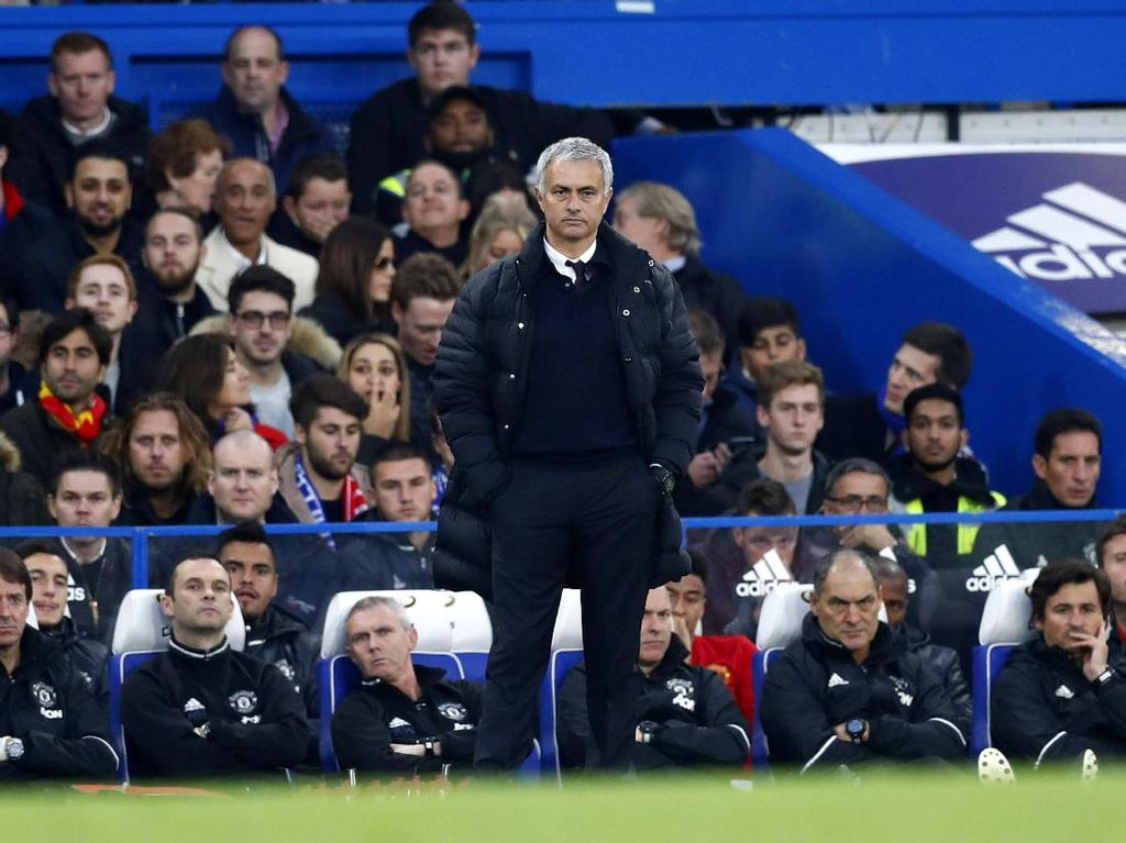 Jose Mourinho tampak serius mengamati jalannya pertandingan. Eddie Keogh/Reuters/detikFoto.