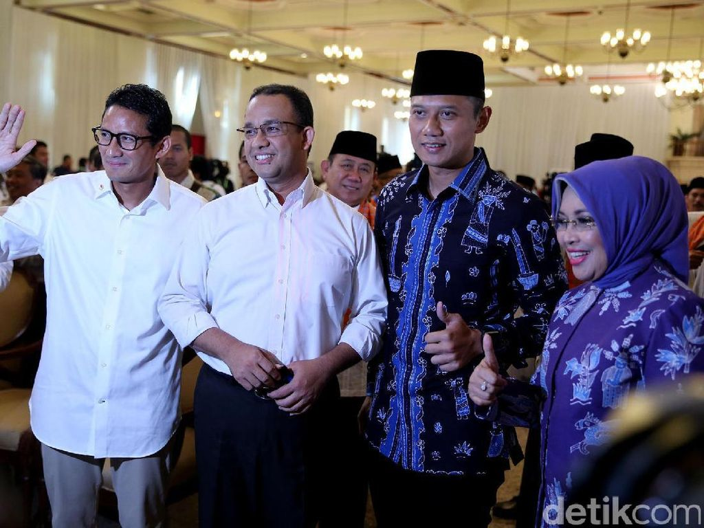 Pasangan Cagub DKI Jakarta Anies-Sandiaga dan Agus-Sylvi menyapa sejumlah pendukung di Balai Sudirman, Jakarta Selatan, Senin (24/10/2016).