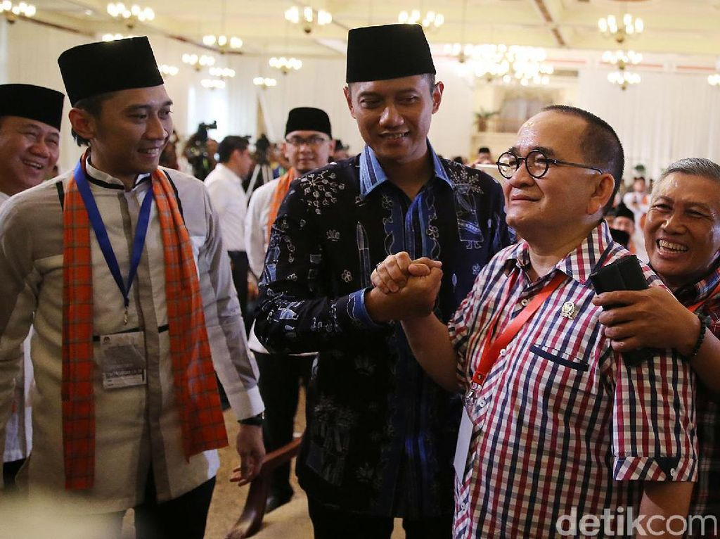 Agus sendiri juga didampingi sang istri Annisa Pohan. Ada pula adik Agus, Edhie Baskoro Yodhoyono dan Ruhut Sitompul.