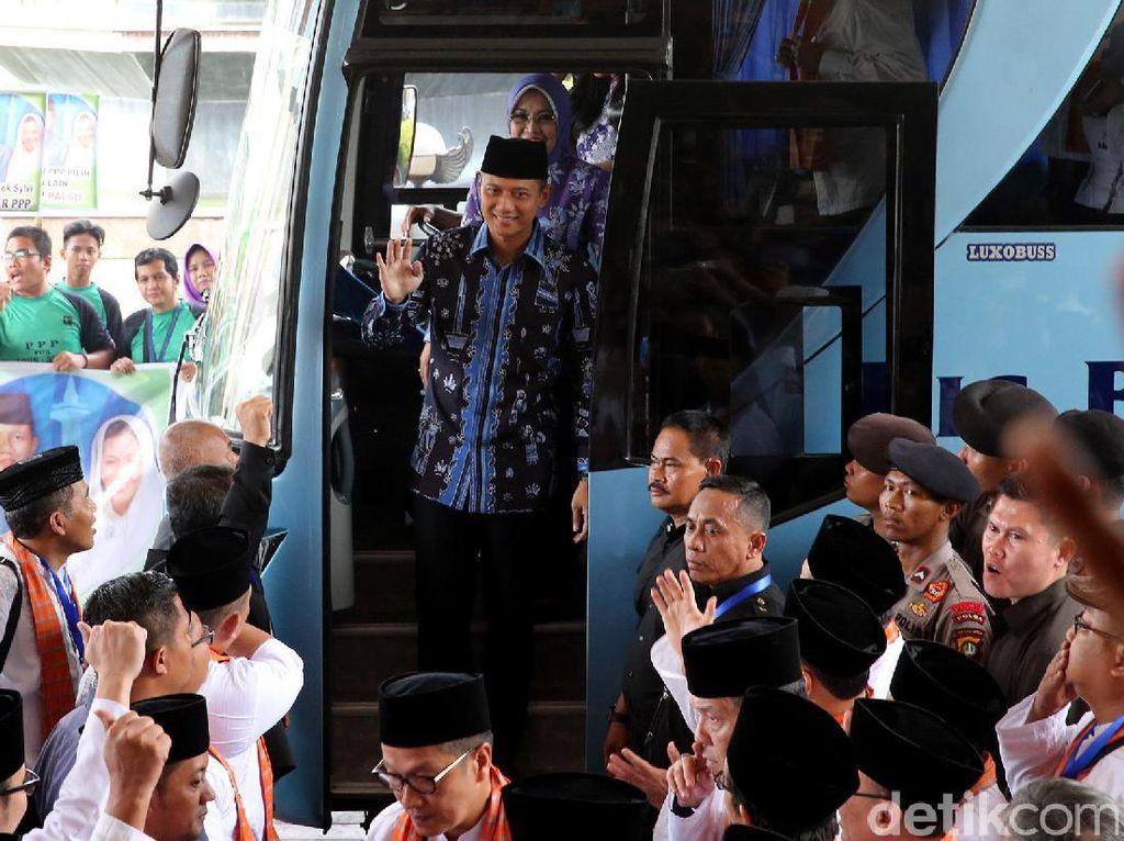 Sebelumnya, pasangan Agus-Sylvi tiba di Balai Sudirman sekitar pukul 14.45 WIB. Menggunakan bus, Agus-Sylvi turun sambil diiringi tepuk tangan dan sorak sorai ratusan pendukung yang telah memenuhi Balai Sudirman.