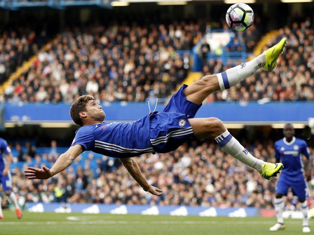 Marcos Alonso melakukan tendangan salto. John Sibley/Reuters/detikFoto.