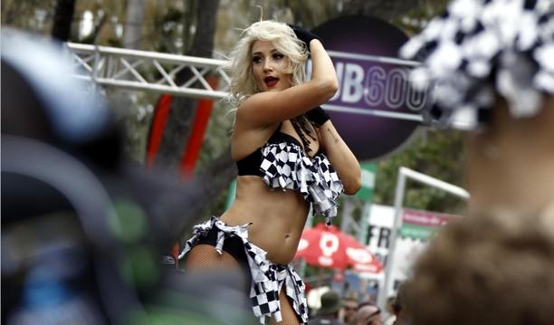 Sexy Dancer Hangatkan Castrol V8 Supercars