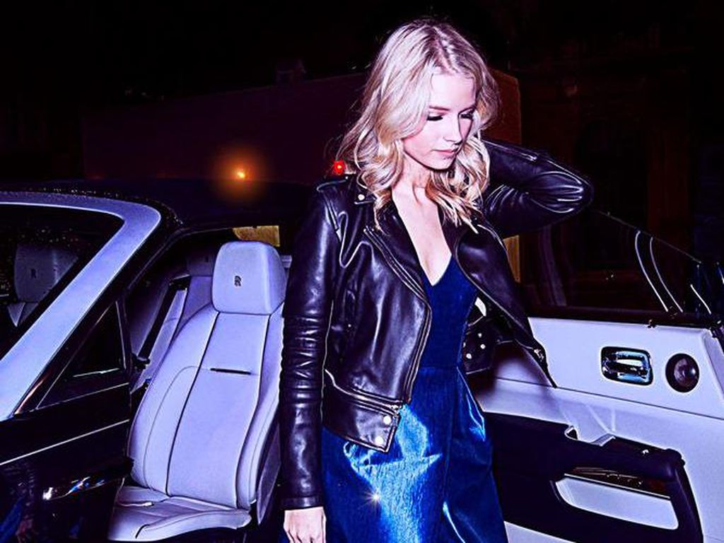 Mengenakan jaket kulit hitam dan heels Lottie Moss yang masih berumur 18 tahun ini terlihat elegan dengan Rolls-Royce Dawn. Foto: Rolls-Royce