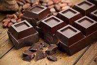 Siapa yang tidak suka cokelat? Orang yang insomnia baiknya suka cokelat terutama dark chocolate. Menurut penelitian di Universitas Edinburgh pada tahun 2016, cokelat mengandung magnesium yang berfungsi mengatur siklus tidur. Foto: iStock