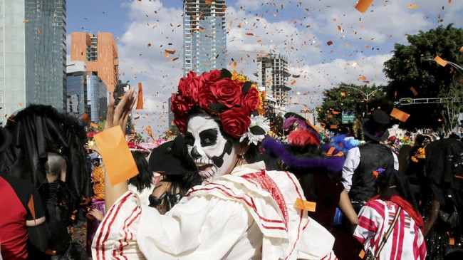 Parade di Hari Orang Mati ini dilakukan untuk menghormati La Catrina, sosok yang diciptakan oleh ilustrator dan kartunis Meksiko Jose Guadalupe Posada. (REUTERS/Carlos Jasso)