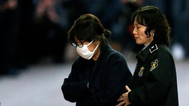 Skandal bermula ketika pada akhir Oktober tersiar kabar bahwa Park memperlihatkan sejumlah dokumen negara kepada Choi, termasuk pidatonya sebelum pemilihan presiden pada 2012 lalu. Park mengakui tindakan ini, dan menyatakan ia meminta Choi memberikan pendapat pribadi soal dokumen negara. (Reuters/Korea Pool)