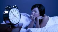 Sering bangun di malam hari atau bahkan insomnia yang disertai rasa cemas dan banyak pikiran adalah ciri selanjutnya. (Foto: iStock)