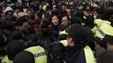 Dalam pidato yang disiarkan di TV nasional, Park terlihat bercucuran air mata dan meminta maaf kepada seluruh warga Korsel. Ia menyebut dirinya pemimpin yang