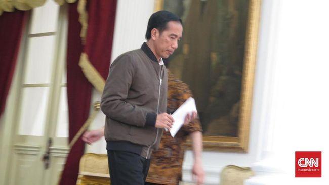 Melipat Aksi Anti Ahok di Balik Jaket Bomber Jokowi