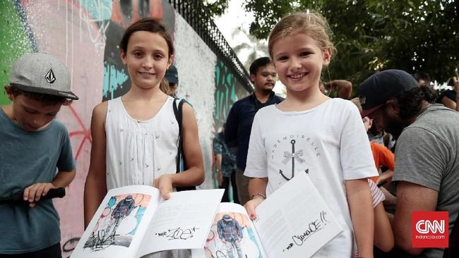 Seni grafiti pun tidak lagi hanya dimiliki para bomber, anak-anak pencinta skateboard, komunitas punk, atau kelompok seni hipster. Semua juga bisa menikmatinya. (CNN Indonesia/Andry Novelino)