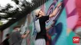 Tapi di satu sisi, dalam perkembangannya mural dan grafiti kelamaan berubah menjadi karya seni. Gambar yang dicoretkan tak sekadar menggelitik, tapi juga indah. (CNN Indonesia/Andry Novelino)