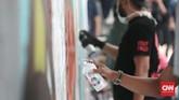 Jika teriakan dengan mikrofon tak didengar, dinding-dinding pun bisa bersuara. Itulah yang dilakukan seniman jalanan lewat mural atau grafiti. (CNN Indonesia/Andry Novelino)
