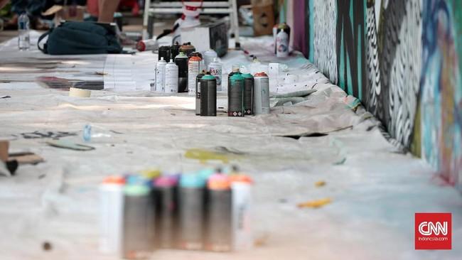 Tren itu pun menjalar sampai ke Indonesia. Seni grafiti mulai 'hidup' sejak sekitar 2004. Di kota-kota seperti Jakarta, Bandung, Yogyakarta, mereka merajalela. (CNN Indonesia/Andry Novelino)
