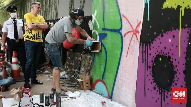 Tak heran jika beberapa kali seniman jalanan main 'kucing-kucingan' dengan aparat. Gambar mereka bukan hanya dianggap sebagai perlawanan, tapi juga perusakan lingkungan. (CNN Indonesia/Andry Novelino)