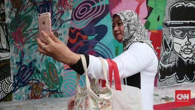 Acara Urban Off the Wall yang digelar di dinding IFI, Museum Nasional, D'Gallerie, dan Yello Hotel itu memang bertujuan memperkenalkan seni jalanan ke ranah lebih luas. (CNN Indonesia/Andry Novelino)