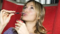 Bau mulut yang bertahan lama setelah makan jengkol dan petai bisa hilang dengan memakan makanan yang mengandung probiotik seperti yogurt, tempe atau kefir. (Foto: thinkstock)