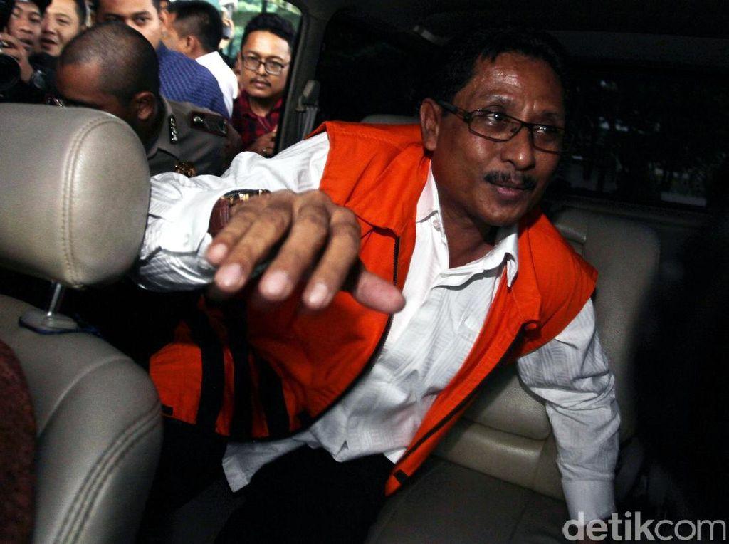Ia langsung digiring ke mobil tahanan untuk dibawa ke Rutan KPK.