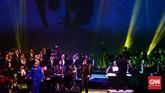 Once dan Sandhy Sondoro sempat tampil bersama. Saat bernyanyi mereka diiringi G-Pluck dan Twilite Orchestra.