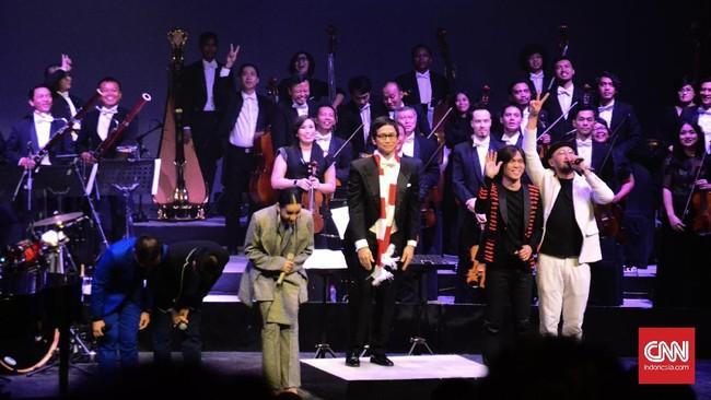 Layaknya pertunjukan seni kebanyakan, musisi yang tampil memberikan hormat pada pengunjung yang telah hadir.