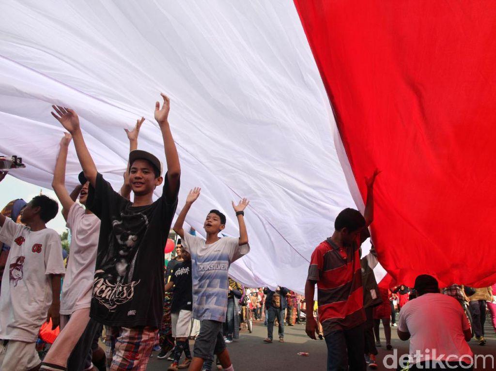 Massa yang terdiri dari berbagai elemen memenuhi Jalan Thamrin dan Sudirman dengan membawa 17.500 bendera merah putih yang melambangkan jumlah pulau yang ada di Indonesia.