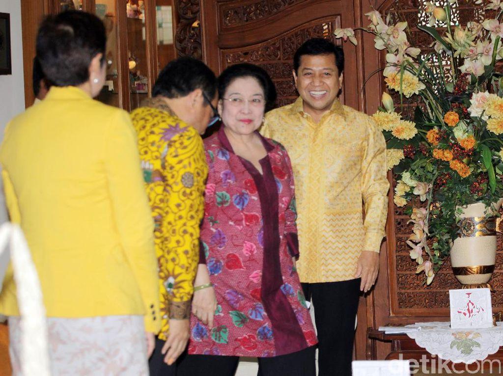 Ketua Umum Golkar Setya Novanto bertemu dengan Ketua Umum PDIP Megawati Sukarnoputri, di Jalan Teuku Umar, Menteng, Jakarta Pusat, Minggu (20/11/2016).