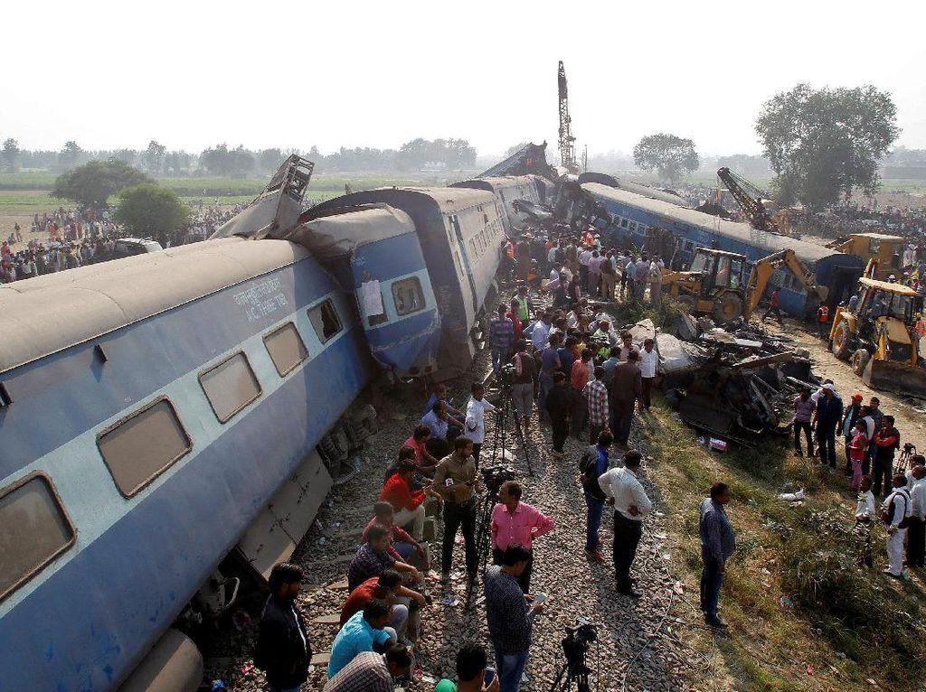 Ini penampakan kecelakaan kereta api di wilayah utara India pada Minggu (20/22/2016).