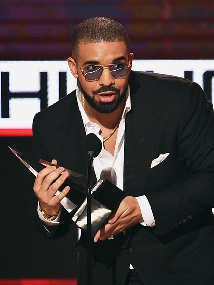 Isu Drake Minta Penggemar Lepas Hijab Saat Konser, Ini Komentarnya