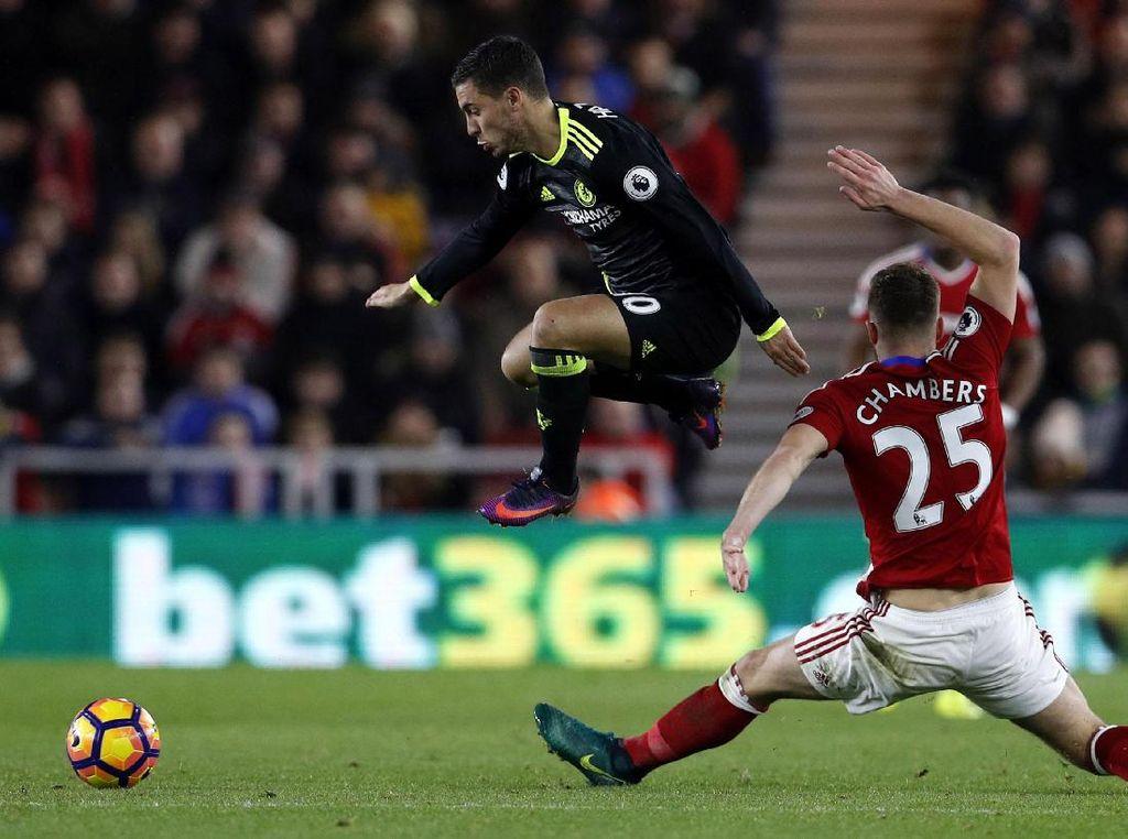 Eden Hazard melompat untuk melewati Calum Chambers. Lee Smith/Reuters/detikFoto.