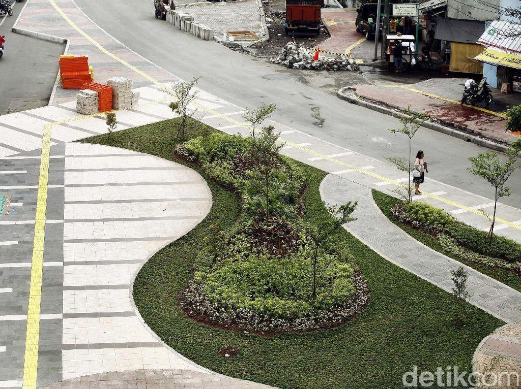 Kini trotoar di Jalan Jati Baru lebih bersih dan asri.