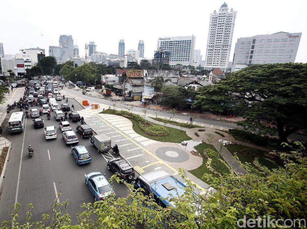 Trotoar di Jalan Jati Baru juga lebih lebar.