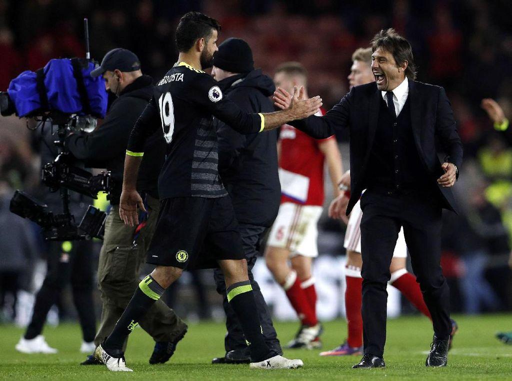 Antonio Conte merayakan kemenangan dengan para pemain Chelsea. Lee Smith/Reuters/detikFoto.