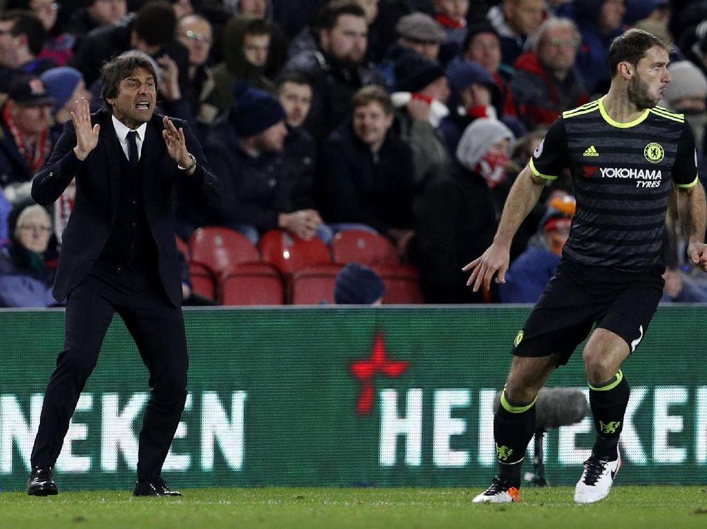 Antonio Conte memberikan pengarahan kepada para pemain Chelsea. Lee Smith/Reuters/detikFoto.
