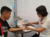 1 Desember mendatang, seperti tahun-tahun sebelumnya diperingati sebagai Hari AIDS Sedunia. Ini bisa jadi pengingat agar kasus HIV-AIDS tidak lagi bertambah. Dalam rangka peringataan Hari AIDS, Yayasan AIDS Indonesia menggelar sejumlah kegiatan, salah satunya tes HIV di mal melalui Voluntary Counseling Test (VCT).