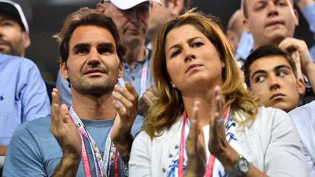 Roger Federer dan sang istri terlihat hadir di Sirkuit Yas Marina serta ikut jadi salah satu saksi langsung kemenangan Nico Rosberg di balapan F1 musim ini. (AFP PHOTO / Andrej ISAKOVIC)
